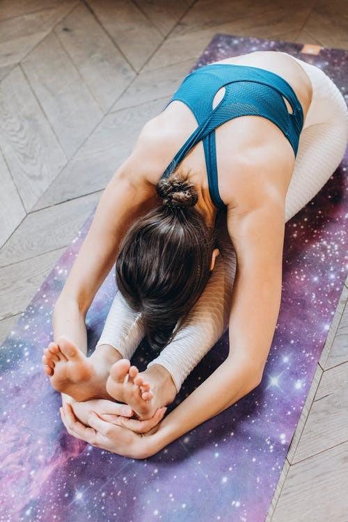 青岛瑜伽教练培训学费一般多少钱(什么材质的瑜伽垫好)