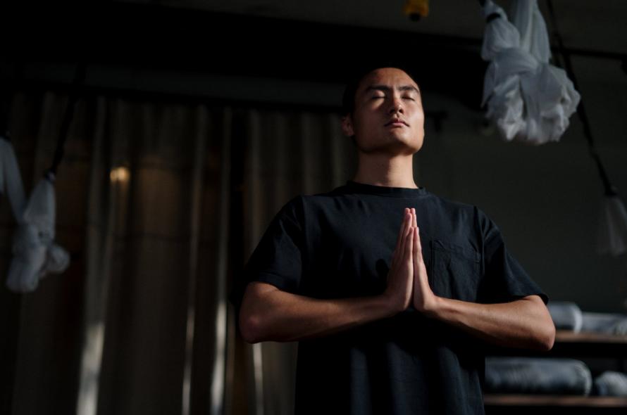 北京空中瑜伽教练培训哪家好(传统瑜伽与其他锻炼有什么不一样)